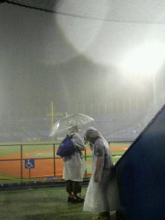 神宮球場も嵐でした